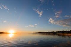 Vista sul mare di notte, mare prima di alba e pilastro che allunga al noioso Fotografia Stock