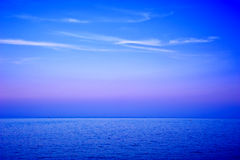 Vista sul mare di sera con le nubi wispy Fotografia Stock Libera da Diritti