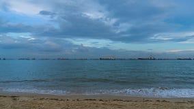 Vista sul mare di Singapore con le navi da carico e la bella nuvola che si muovono nella sera stock footage
