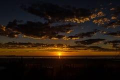 Vista sul mare di tramonto glorioso alla spiaggia di Glenelg, Adelaide, Australia fotografie stock libere da diritti