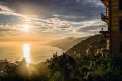 Vista sul mare di tramonto in Italia Immagine Stock
