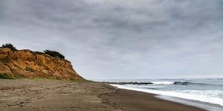 Vista sul mare di un bluff e di un'onda sull'oceano fotografia stock