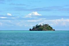 Vista sul mare di un'isola a distanza tropicale nel gruppo di isole di Yasawa Fotografia Stock Libera da Diritti