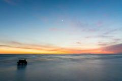 Vista sul mare dopo il tramonto, Mar Nero, Anapa, Russia Fotografia Stock