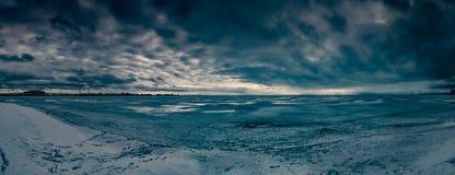 Vista sul mare drammatica di inverno con neve e panorama congelato dell'acqua immagini stock libere da diritti