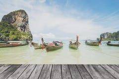 Vista sul mare e barca lunga Fotografia Stock