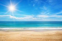 Vista sul mare e cielo blu Immagini Stock Libere da Diritti