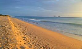 Vista sul mare e cloudscape all'alba Immagine Stock Libera da Diritti