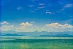 Vista sul mare e montagna Fotografia Stock