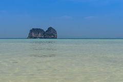 Vista sul mare ed isola su bluesky Fotografia Stock