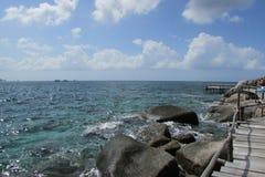 Vista sul mare, grandi pietre vicino alla riva e un ponte di legno Fotografia Stock Libera da Diritti