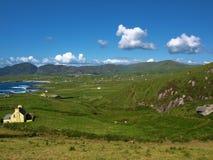 Vista sul mare litoranea scenica irlandese vibrante Fotografia Stock