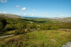 Vista sul mare litoranea scenica irlandese vibrante Immagine Stock