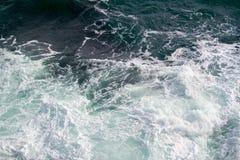 Vista sul mare Lo schianto ondeggia nei mari Immagine Stock
