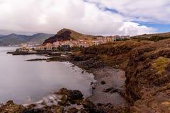 Vista sul mare lunga di esposizione della linea costiera dell'isola del Madera, Portogallo fotografia stock