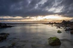 Vista sul mare madreperlacea della spiaggia Fotografia Stock
