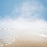 Vista sul mare nebbiosa Fotografie Stock