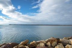 Vista sul mare nella baia di Viana do Castelo in un giorno soleggiato e pacifico immagini stock