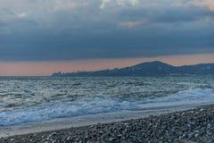 Vista sul mare nella sera con le viste di Soci Fotografia Stock Libera da Diritti