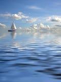 Vista sul mare nuvolosa con una nave fotografia stock