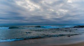 Vista sul mare nuvolosa e lunatica di alba Immagini Stock Libere da Diritti