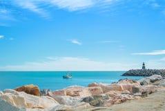 Vista sul mare panoramica del mar Mediterraneo con la BO da pesca sola Fotografia Stock