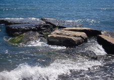 Vista sul mare, rocce del mare ed onda di schiumatura fotografie stock