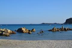 Vista sul mare, rocce e spiaggia immagini stock libere da diritti