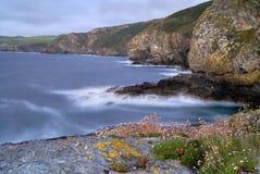 Vista sul mare rocciosa del litorale della Cornovaglia, Regno Unito Immagine Stock