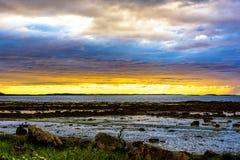Vista sul mare scandinava di notte bianca Fotografia Stock