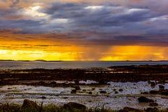 Vista sul mare scandinava di notte bianca Immagine Stock