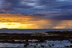 Vista sul mare scandinava di notte bianca Immagini Stock Libere da Diritti