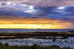 Vista sul mare scandinava di notte bianca Fotografie Stock