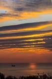 Vista sul mare scenica di mattina in rosso arancio Immagine Stock Libera da Diritti