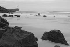 Vista sul mare scozzese in bianco e nero con il faro Immagini Stock