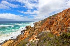 vista sul mare selvaggia soleggiata colourful del litorale Fotografia Stock Libera da Diritti