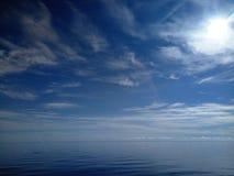Vista sul mare serena con il sole ed il cielo blu Fotografie Stock Libere da Diritti