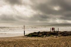 Vista sul mare soleggiata con il cielo tempestoso immagine stock libera da diritti