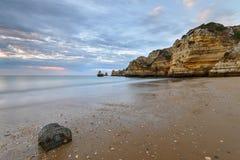 Vista sul mare stupefacente della spiaggia di Algarve Immagini Stock