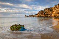 Vista sul mare stupefacente della spiaggia di Algarve Fotografia Stock Libera da Diritti