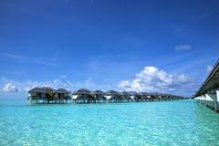 Vista sul mare tropicale. bungalow dell'sovra-acqua Fotografia Stock Libera da Diritti