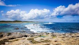 Vista sul mare tropicale dell'oceano caraibico con il cielo nuvoloso e Rocky Beach blu Panorama e feste immagine stock libera da diritti