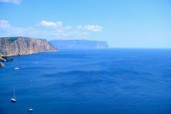 Vista sul mare un giorno soleggiato Vista del mare e delle navi dalla cima della montagna Orientamento orizzontale Fotografie Stock Libere da Diritti