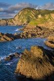 Vista sul mare variopinta con la linea costiera rocciosa Fotografie Stock
