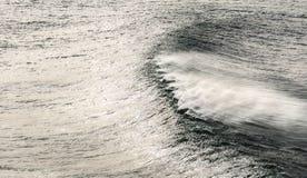Vista sul mare ventosa con l'onda fotografia stock libera da diritti