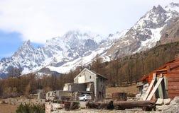 Vista sul noire del aiguille e del Monte Bianco, una montagna alta sulle alpi italiane Immagine Stock