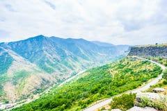 Vista sul paesaggio della montagna e sulla valle verdi di George in Armenia fotografia stock libera da diritti