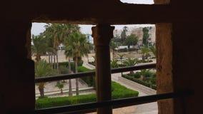 Vista sul parco Baladia con le palme dalla finestra di Ribat di Monastir, Tunisia archivi video