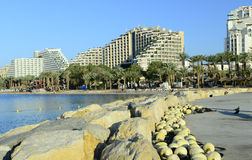 Vista sul pilastro e sulla spiaggia sabbiosa in Eilat Fotografia Stock Libera da Diritti