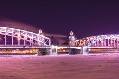 Vista sul ponte di Bolsheokhtinsky attraverso Neva River in San Pietroburgo, Russia in Th fotografia stock libera da diritti